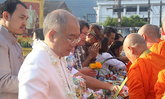 ทั่วไทยคึกคักทำบุญตักบาตรวันสงกรานต์
