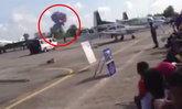 โชว์ระทึก! เครื่องบินผาดโผนร่วงพื้น ระเบิดในงานวันเด็ก