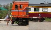 พิลึก! ครูวัยเกษียณยืนให้รถไฟดูดอ้างช่วยรักษาโรค  จนท.ห้ามไม่ฟังหนีไปให้รถพ่วงดูดแทน