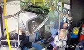 รอดปาฏิหาริย์! สุดสยองปิกอัพพุ่งใส่รถเมล์ ชนผู้โดยสารกระเจิง