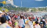 เต็มหาด! ชาวจีนหลายหมื่นคนแห่เที่ยวทะเลช่วงหยุดตรุษจีน