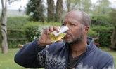 อึ้งไปเลย หนุ่มดื่มฉี่ตัวเอง 6 ปี อ้างน้ำหนักลด 50 กก.รักษาหอบหืด