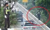 ได้ใจคนใช้ถนน! ตร.ทางหลวงอ่างทอง ยืนโบกรถบนแบริเออร์ เพื่ออำนวยความสะดวก