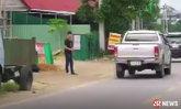 หนุ่มเครียดตกงาน มาปาหินใส่รถข้างถนน อ้างอยากระบาย