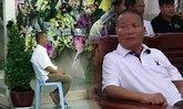 """เผยภาพเศร้า หม่ำ นั่งซึมในงานศพ """"แวว จ๊กมก"""" ยังทำใจไม่ได้"""