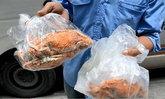 อร่อยจนได้เรื่อง ! ตำรวจเรียกจับโชเฟอร์รถตู้ กินปูม้า ขณะขับรถ