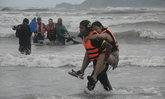 วินาทีชีวิต!! กู้ภัยเร่งช่วย นักท่องเที่ยวกลางทะเล 14 ชีวิต หลังเรือหางยาวถูกคลื่นซัดล่ม