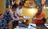 """เชื่อบารมี """"หลวงพ่อโต"""" ชาวสิงคโปร์ถวายเงิน หลังดวงเฮงถูกหวยนับล้าน"""