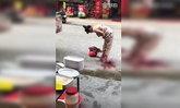 ตะลึง ! วินาทีสาวน้ำคร่ำแตก คลอดลูกกลางถนนในเมืองจีน