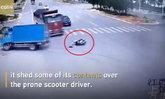 ชายจีนฝ่าไฟแดง หวิดโดนรถบรรทุก 2 คันเหยียบ