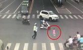 ตำรวจจีนวิ่งคว้าตัวเด็กหญิง 3 ขวบ หลังวิ่งหาแม่อยู่กลางถนน