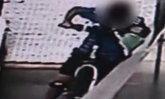 เด็กชายจีนขี่จักรยานขึ้นบันไดเลื่อน พลาดกลิ้งตก เจ็บเย็บ 6 เข็ม