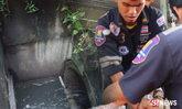 อุทาหรณ์ฝนตกน้ำเออ เด็กร่วงตกจมท่อน้ำ กู้ภัยช่วยยื้อชีวิต