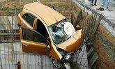 เก๋งตกข้างทางแนวก่อสร้าง ถูกเหล็กเสียบทะลุรถ คนขับดับคาที่
