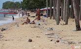 สุสานขยะ ฝรั่งนอนอาบแดดท่ามกลางกองขยะริมหาดจอมเทียน
