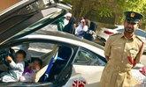 ไม่ได้อวดรวย ตำรวจดูไบจอดรถหรูประจำตำแหน่งให้เด็กๆ นั่งเล่น