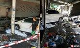 รถเฉี่ยวชนกันบนถนน ก่อนเสียหลักพุ่งชนแม่ค้าตายคาร้าน
