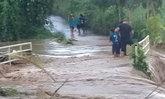 นาทีชีวิต! ตร.ฮีโร่ฝ่ากระแสน้ำช่วยเด็กถูกน้ำป่าซัดรอดปาฏิหาริย์