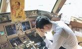 ลูกเรือการบินไทย กราบถวายอาลัยรัชกาลที่ 9 บนเครื่องบิน