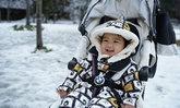 """หิมะแรกของเด็กยักษ์ """"น้องดีแลน"""" สีหน้าชัดๆ แฮปปี้มาก"""