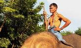 """""""ลุงเฉื่อย"""" ควาญช้างเก่า รับงานพรีเซ็นเตอร์เที่ยวเมืองสุรินทร์"""