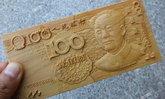 ช่างชาวจีนแกะสลักแผ่นไม้เป็นธนบัตร เหมือนเป๊ะทุกรายละเอียด