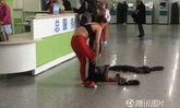 อึ้งทั้งหมอทั้งคนไข้ หญิงจีนเปลื้องเสื้อผ้าเหลือแค่ชั้นในกลางรพ.