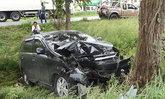 รถเก๋งเสียหลักตกข้างทาง ชนต้นไม้พังยับ คนขับอ้างหักหลบเงาปริศนา