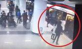 อารมณ์ร้อน สามสาวเบียดกันบนรถไฟใต้ดิน ฉุนเตะถีบคนท้องแบบไม่คิด