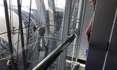 หวาดเสียวกลางสุวรรณภูมิ หญิงต่างชาติปีนสลิงอาคารผู้โดยสารชั้น 6