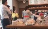 หนุ่มไทยสุดทน ลุกไปช่วยสาวเสิร์ฟถูกเศรษฐีต่างชาติด่าเหยียด