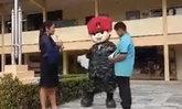 """เซอร์ไพรส์ครูสาว """"นายทหาร"""" สวมชุดมาสคอต ขอแต่งงานหน้าเสาธง"""