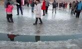 ชาวจีนตื่นเต้นแห่ดูวงกลมน้ำแข็งกลางแม่น้ำที่มณฑลเหลียวหนิง