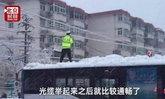 ตร.จีนปีนรถยืนชูสายไฟให้รถผ่าน แม้หิมะตกหนาวติดลบ