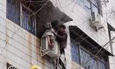 ฮีโร่ชายจีน ใจกล้าปีนตึกมือเปล่า ช่วยหญิงท้องแก่จากไฟไหม้