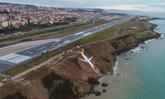 เครื่องบินไถลออกนอกรันเวย์ในตุรกี เกือบตกหน้าผาลงสู่ทะเลดำ