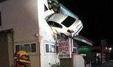 มะกันซิ่งรถเหินขึ้นไปปักบนอาคารชั้น 2 คาดเมายา