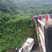 รถสิ่งของผู้ประสบภัย เสียหลักตกสะพาน