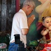 201163 ชัยนาท นักท่องเที่ยวและคอหวยเหยียบหมื่น แห่กระซิบขอพรไอ้ส้มฉุนฉลองวันหยุดยาว ศาลาแทบแตก