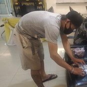 หนุ่มตกหมึกทะเลพัทยา ตกได้กระเป๋า เปิดมาเจอบัตรประชาชน-ใบขับขี่-ATM กว่า 50 ใบ
