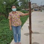 โซเชียลชื่นชมพนักงานส่งของ ใช้ไม้ดันกล่องพัสดุเข้าชายคาบ้านเพราะกลัวเปียก
