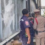 หนุ่มยืมรถเพื่อนซิ่งไปรับแฟนเสียหลักชนท้ายคันหน้าก่อนพุ่งอัดกำแพงหมู่บ้านหัวขาดครึ่งดับสยอง