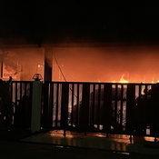 นนทบุรี คลิป ไฟไหม้บ้านนักธุรกิจรถหรูแมวเปอร์เซีย 4 ตัว ถูกไฟคลอก   เมื่อเวลา 03.00 น.วันที่ 22 พ.ค.64 พ.ต.ท.วิทยา เซ็นบัว สารวัตร(สอบสวน) สภ.ไทรน้อย  จ.นนทบุรี รับแจ้งเหตุไฟไหม้บ้านเรือนประชาชนภายในหมู่บ้านวิวสวย ถนนบางกรวย-ไทรน้อย  หมู่ 3 ต.ไทรน้อย อ.ไท