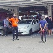 พ่อให้ลูก 10 ขวบรอในรถ พร้อมให้คนรู้จักสตาร์ทรถให้ สุดท้ายรถพุ่งเข้าร้านค้าพังเละ