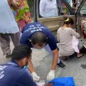 กู้ภัยช่วยแม่คลอดลูกกลางถนน ปลอดภัยทั้งแม่และลูก ชาวบ้านไม่พลาดแห่ดูเลขทะเบียน