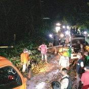 รถยนต์วิ่งฝ่าพายุฝนที่ อ.อุ้มผาง ต้นไม้ใหญ่ล้มทับกลางลำ ดับสลด 3 ราย