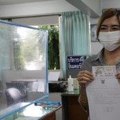 เลขบัตรคิวฉีดวัคซีนให้โชค สาวเจ้าหน้าที่หน้าห้องนายอำเภอ ถูกรางวัลที่ 1 รับ 6 ล้าน