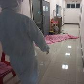 คนร้ายแต่งชุดทหาร กราดยิงผู้ป่วยโควิด เสียชีวิตในโรงพยาบาลสนาม