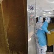 วัดนี้เอง..แชร์สนั่นภาพเขียนชื่อติดชุด PPE ที่แท้งานเผาศพที่วัดดังอัมพวา