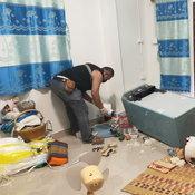 หนุ่มเมาเหล้าอาละวาด ขู่ทำร้ายคนในบ้าน ตร.เข้าระงับ เจอขวานทุบรถตราโล่พังยับ